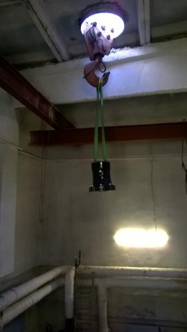 Hydraulista toimilaitetta nostetaan paikalleen